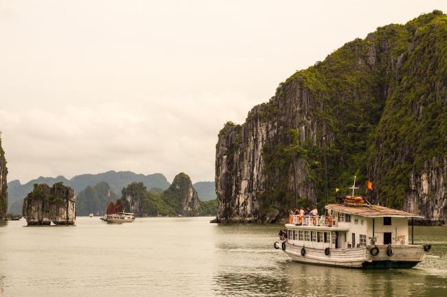 Zatoka Ha Long Bay – jeden z naturalnych cudów świata